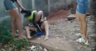 Vídeo mostra o momento em que a vítima foi agredida com um facão e um martelo - Foto: Reprodução