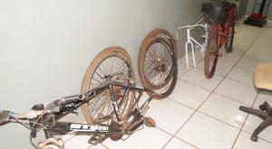 Uma das bicicletas estava sendo desmontada e outra sendo pintada-Fotos ( Olimar Gamarra)